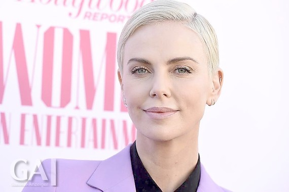 "Charlize Theron trifft bei der ""Women in Entertainment Breakfast Gala"" des Hollywood Reporter's ein. Foto: Jordan Strauss/Invision/AP/dpa"