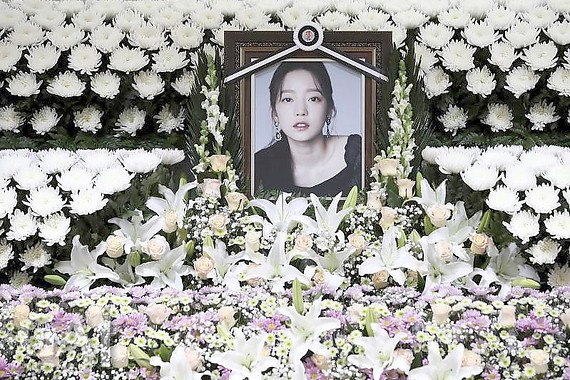 Blumen für Goo Hara, Sängerin und K-Pop-Star, in Seoul. Foto: Chung Sung-Jun/Pool Getty Images/AP/dpa